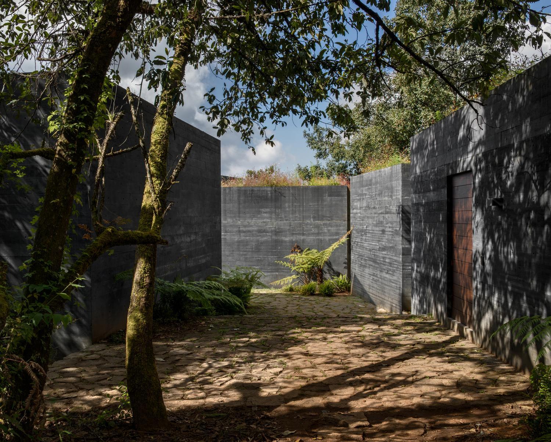 Дом с черным фасадом от Fernanda Canales