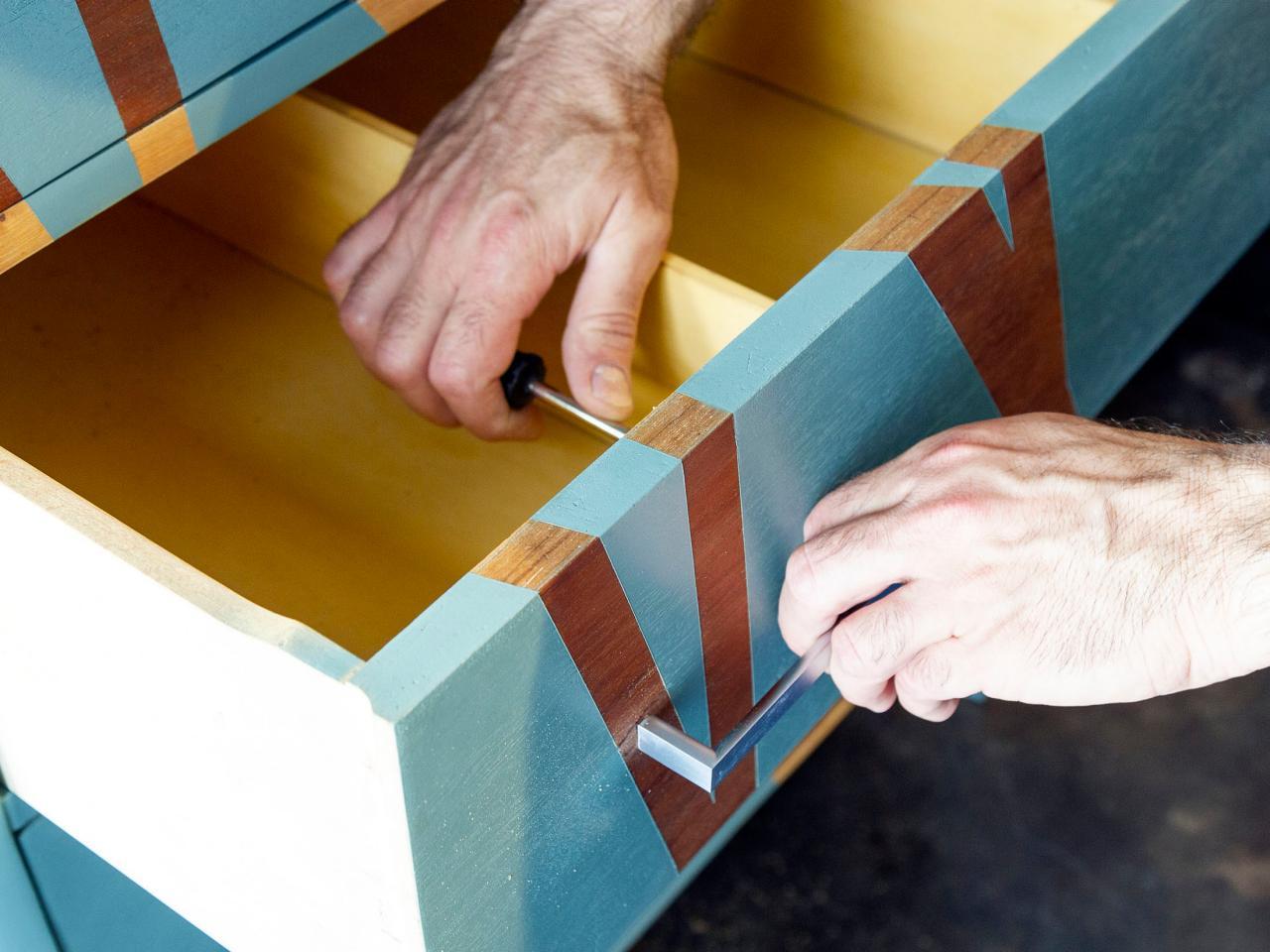 Как обновить комод своими руками - прикрепляем ручки на комод