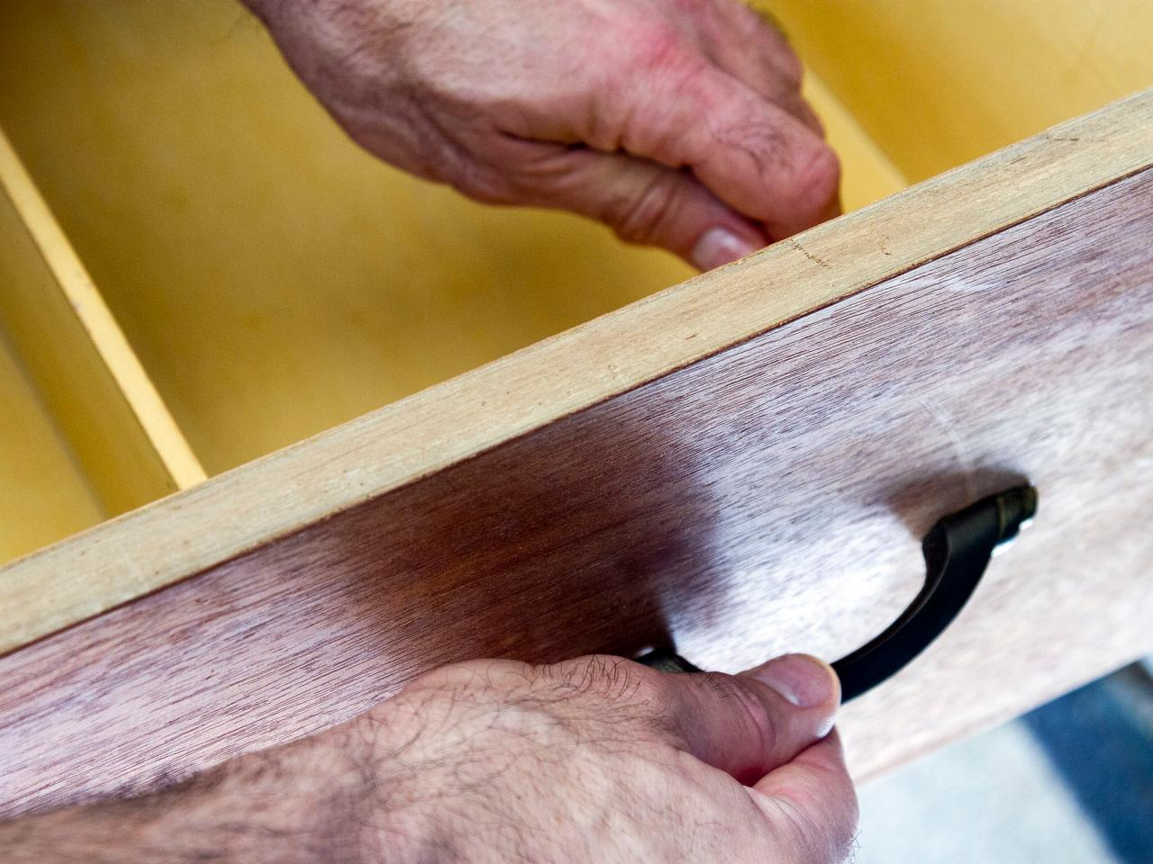 Как обновить комод своими руками - снимаем фурнитуру