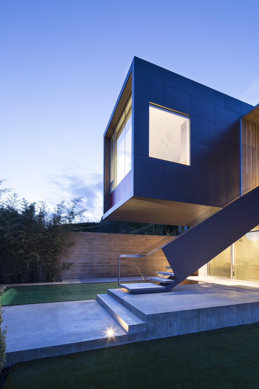Яркий дом с видом на залив