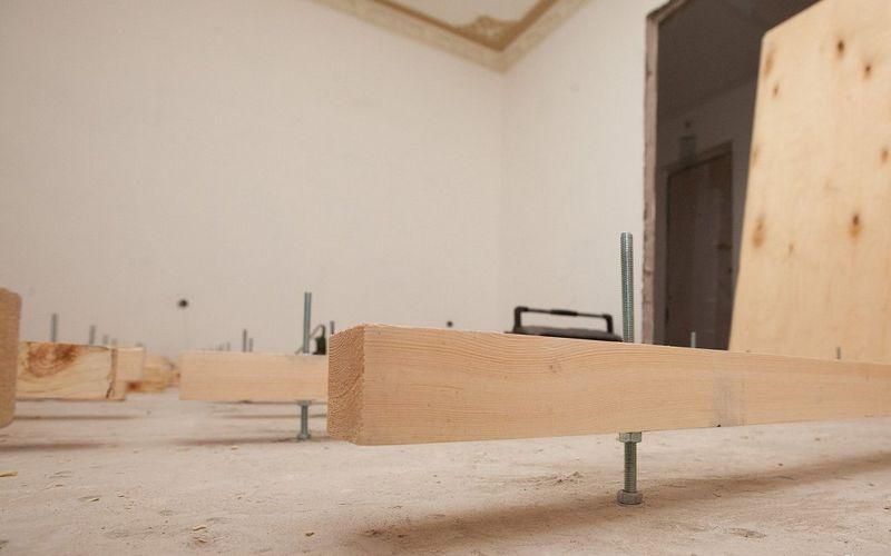 Выставление лаг на бетонное основание