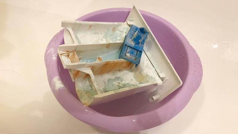 Как правильно чистить стиральную машину - замачиваем лоток для порошка для дальнейшей чистки