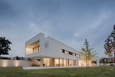 Белоснежная 3-этажная резиденция в Португалии