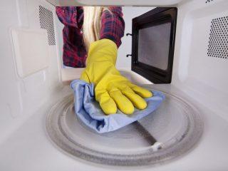Как быстро почистить микроволновку: 8 народных способов