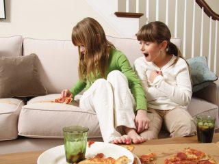 Как и чем почистить диван от грязи и пятен