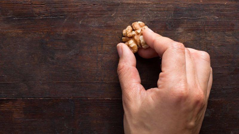 Грецкий орех в борьбе с царапинами на мебели
