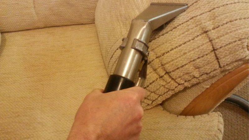 Обработка тканевой обивки дивана пылесосом